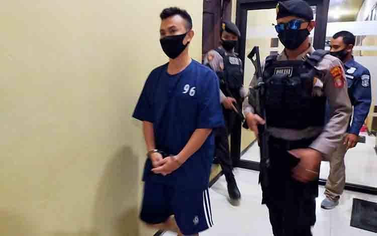 Tersangka PNS yang melakukan penipuan saat digiring oleh anggota Polres Kotim