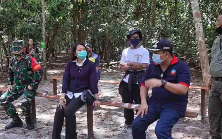 Kepala Balai TNTP Murlan Dameria Pane (tengah) sampaikan, akan terjunkan petugas khusus awasi penerapan protokol kesehatan.