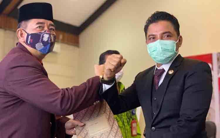 Bupati Kotim Supian Hadi, saat berfoto dengan PJ Sekda Suparmadi yang baru dilantiknya, Kamis 1 Oktober 2020