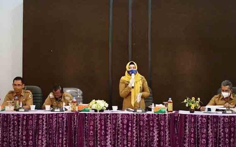 Wakil Wali Kota Palangka Raya Umi Mastikah saat menyampaikan paparan dalam kunjungan kerja di Kabupaten Tanah Laut