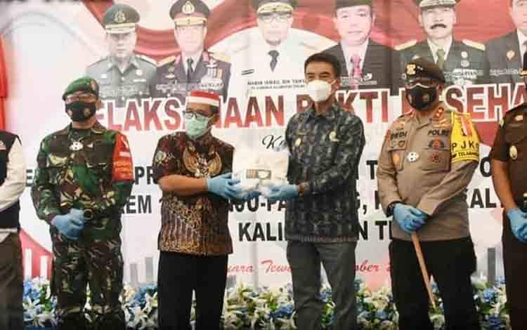 Wakil Bupati Barito Utara, Sugianto Panala Putra menerima bantuan masker dari Pemerintah Provinsi Kalimantan Tengah yang diserahkan secara langsung oleh Plt Gubernur Kalteng habib Ismail pada kegiatan bakti kesehatan di Muara Teweh, Kamis 1 Oktober 2020.