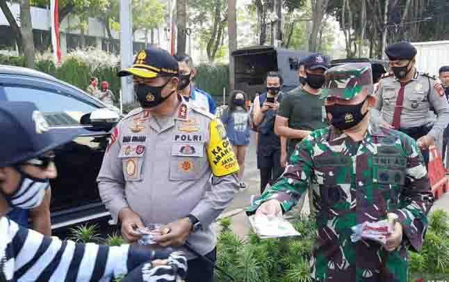 Kapolda Metro Jaya Irjen Pol Nana Sudjana dan Pangdam Jaya Mayjen TNI Dudung AR membagikan masker kepada masyarakat di Bundaran Hotel Indonesia, Minggu, 23 Agustus 2020. (foto : ANTARA/Laily Rahmawaty)