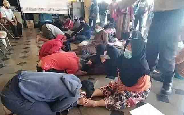 Para pelaku tawuran dibina dengan bersimpuh di kaki orang tuanya di Polsek Palmerah, Jakarta, Kamis, 1 Oktober 2020. (foto : ANTARA/Devi Nindy)