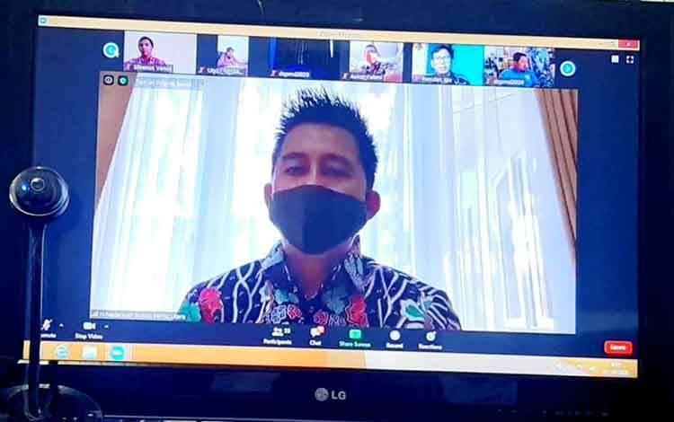 Bupati Barito Utara H Nadalsyah membuka kegiatan zoom virtual meeting yang diikuti diikuti semua perangkat kecamatan dan desa se Kabupaten Barito Utara.