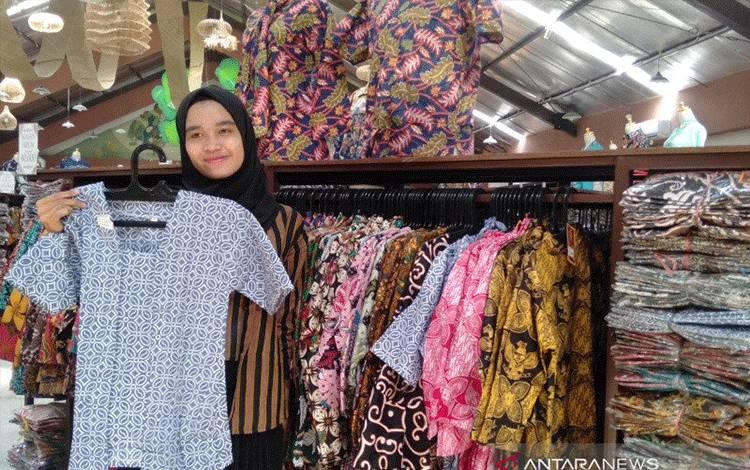 Ilustrasi-Salah satu outlet batik yang ada di Kota Solo. (ANTARA/Aris Wasita)