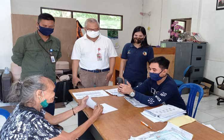 Kepala Dinas Sosial Kabupaten Barito Timur, Riza Rahmadi saat monitoring penyaluran BST