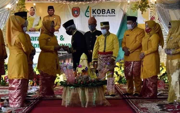 Suasana acara acara Adat dan Batomu Menyadi Salaman di Istana Kuning. Bupati Kobar ajak masyarakat terus kembangkan budaya lokal