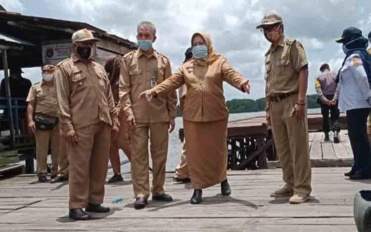 Bupati Kobar Nurhidayah meninjau lokasi pengembangan Pasar Saik, Kecamatan Kumai, Selasa, 6 Oktober 2020
