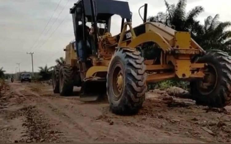 PT. Borneo Sawit Gemilang Perbaiki Jalan untuk Akses 7 Desa.