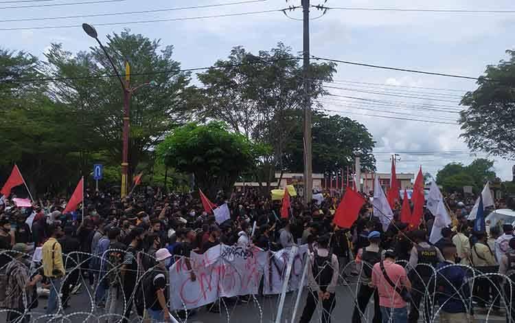 Demo mahasiswa di depan Gedung DPRD Kalteng menyuarakan penolakan UU Cipta Kerja.