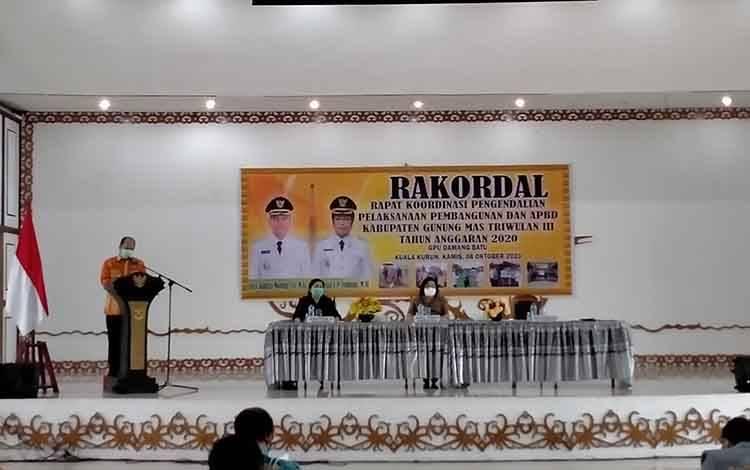 Kepala Bappedalitbang Kabupaten Gunung Mas, Yantiro Aulia  saat menyampaikan laporan Rakoldal triwulan III, Kamis 8 Oktober 2020