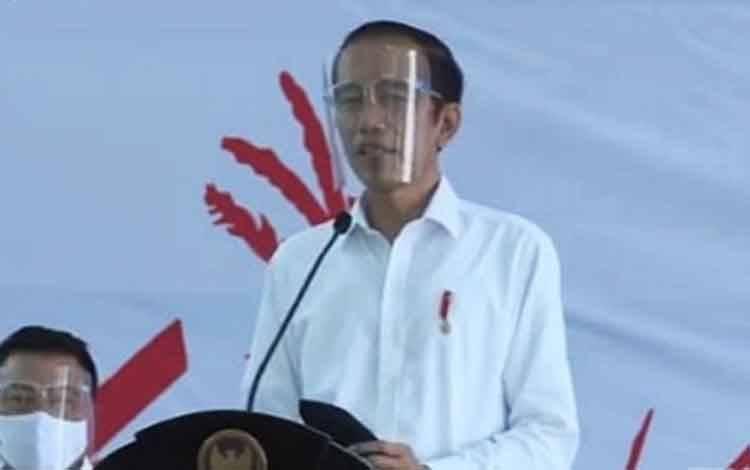 Presiden RI Joko Widodo berpidato pada penyerahan bantuan modal Banpres Produktif Usaha Mikro, di Pulang Pisau.