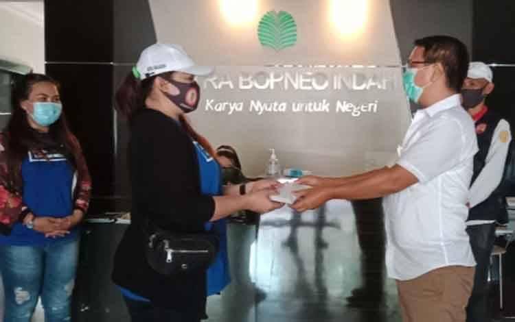 CEO CBI Group Rimbun Situmorang mewakili owner H. Abdul Rasyid AS menyerahkan bantuan pada 2 penderita tumor otak melalui organisasi Lentera Kobar yang diterima oleh Ketua Lentera Kobar Ratna Malasari, Kamis, Oktober 2020