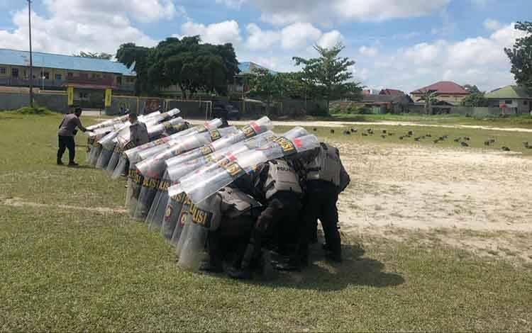 Pelatihan pengendalian massa yang dilaksanakan personel Polres Kotawaringin Barat, Sabtu, 10 Oktober 2020.