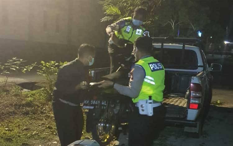 Anggota Satlantas Polres Kobar mengangkut motor yang melanggar aturan spesifikasi aman berkendara, Sabtu 10 Oktober 2020 malam