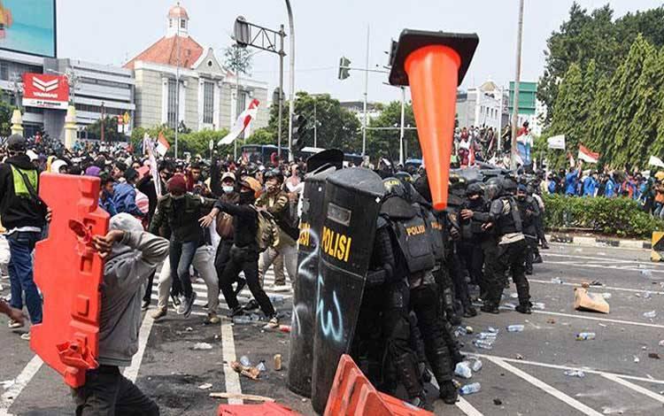 Pengunjuk rasa yang menolak Omnibus Law RUU Cipta Kerja terlibat bentrok dengan polisi di kawasan Harmoni, Jakarta, Kamis, 8 Oktober 2020. Demonstrasi tersebut berakhir ricuh. ANTARA/Indrianto Eko Suwarso