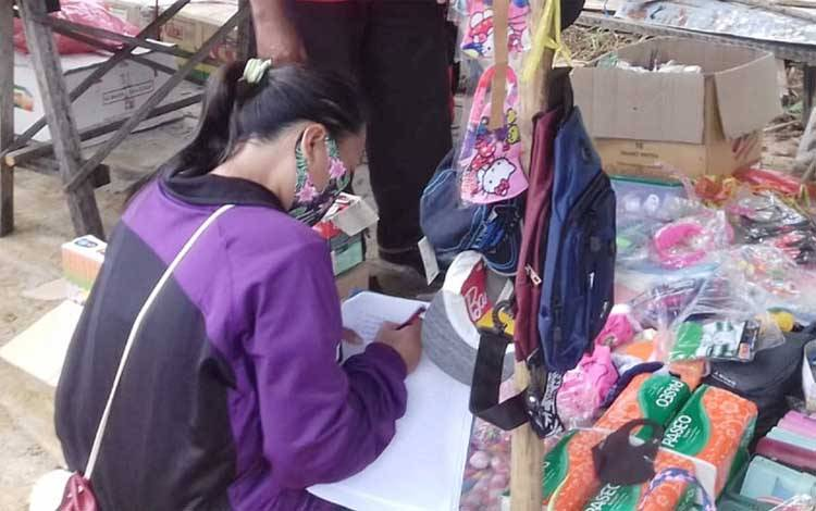 Staf Kantor Kecamatan Pematang Karau saat melakukan pendataan pedagang di Pasar Bambulung
