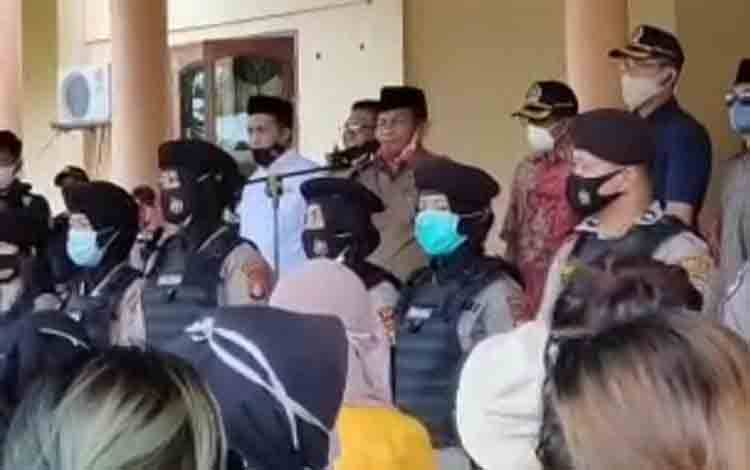 Wakil Ketua II DPRD Kobar Bambang Suherman saat berada didepan Aliansi Mahasiwa Kobar yang menolak disahkannya UU Omnbus Law di Kantor DPRD Kobar, Senin, 12 Oktober 2020