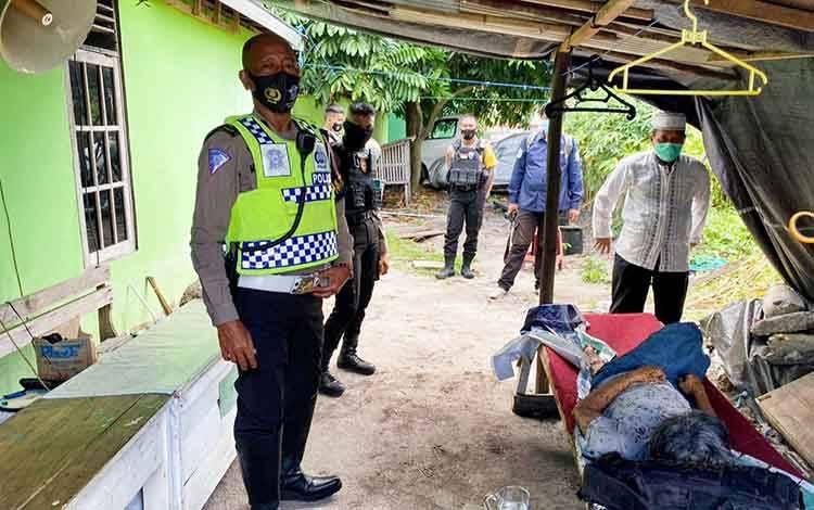 Mayat pria tanpa identitas yang ditemukan di belakang Masjid Shalahudin kompleks Universitas Palangka Raya, Rabu, 14 Oktober 2020.