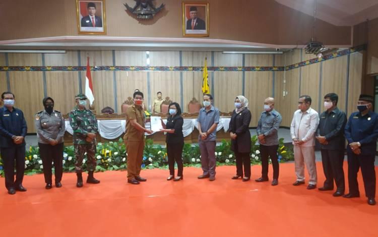 Eksekutif saat mengajukan Raperda Pilkades kepada DPRD Kotim.
