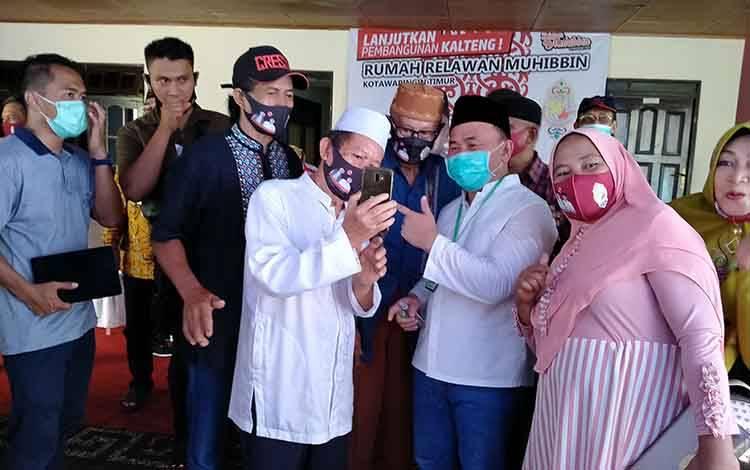 Calon Gubernur Kalteng, Sugianto Sabran berfoto bersama pendukung di rumah relawan Muhibbin, Sampit, Rabu, 14 Oktober 2020.