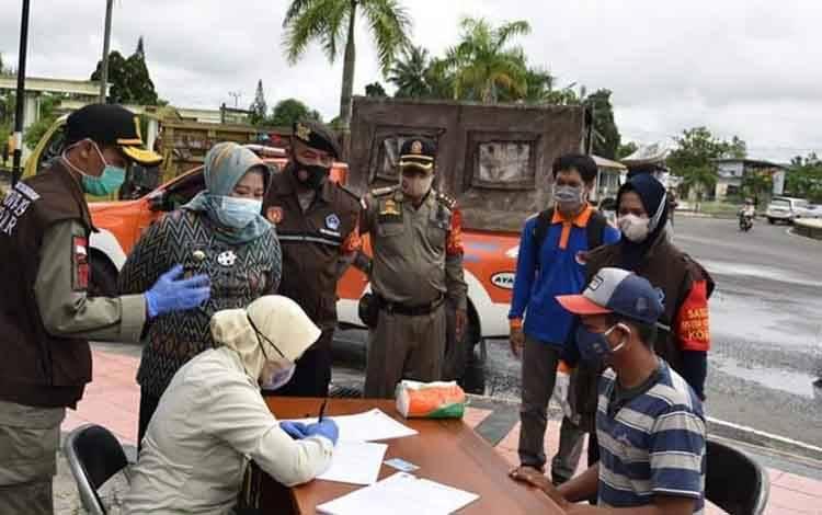 Bupati Kobar, Nurhidayah memantau operasi penertiban penggunaan masker di Bundaran Pancasila