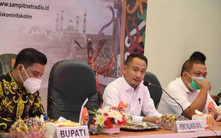 Wali Kota Palangka Raya Fairid Naparin rapat bersama jajaran di Kabupaten Kotim