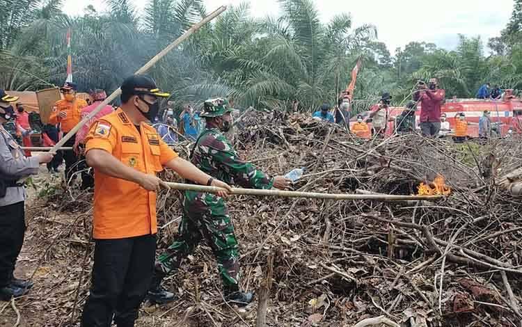 Bupati Hendra Lesmana menyalakan api pada simulasi penggarapan ladang berbasis tradisional di Desa Batu Hambawang, Kamis 15 Oktober 2020