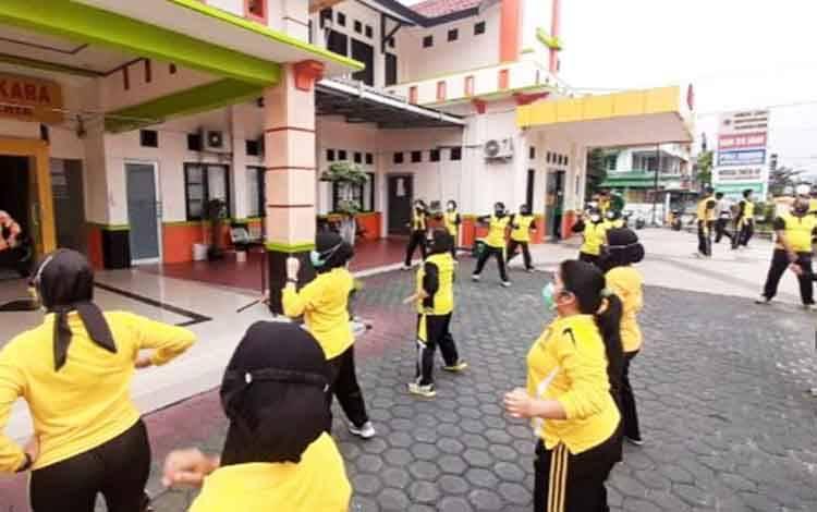 Personel RS Bhayangkara Palangka Raya saat olahraga bersama senam zumba, Jumat, 16 Oktober 2020.