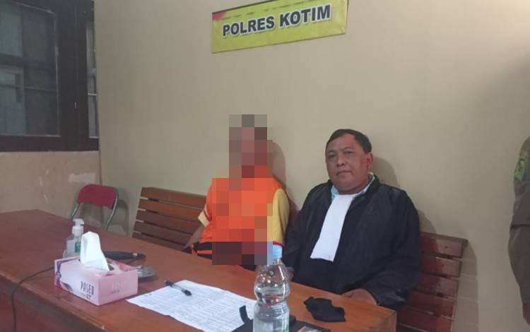 OBS, terdakwa kasus pemerkosaan (kiri) saat bersama penasehat hukum