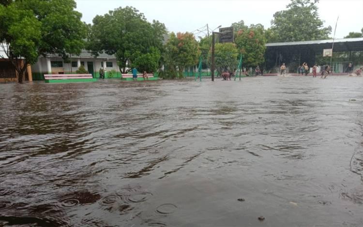Banjir yang melanda Sampit Kabupaten Kotawaringin Timur. Karena hujan yang terjadi sejak sore kemarin.