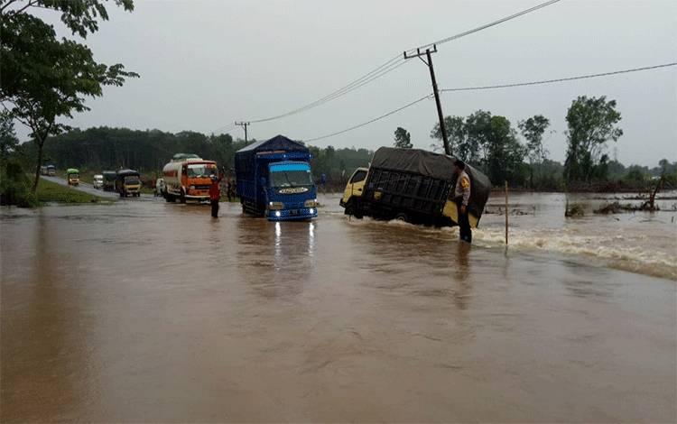 Ruas Jalan Jenderal Sudirman Km 99 Desa Rungau, Kecamatan Danau Seluluk yang saat ini mengalami banjir