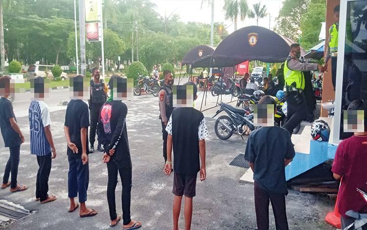 7 anak remaja saat diamankan di Pos Bundaran Besar Palangka Raya, Sabtu 17 Oktober 2020.