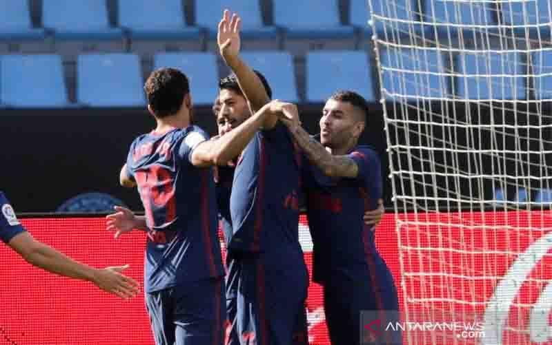 Penyerang Atletico Madrid Luis Suarez (tengah) melakukan selebrasi bersama rekan-rekannya seusai mencetak gol ke gawang Celta Vigo dalam lanjutan Liga Spanyol di Stadion Balaidos, Vigo, Spanyol, Sabtu (17/10/2020). (foto : ANTARA/REUTERS/Miguel Vidal)