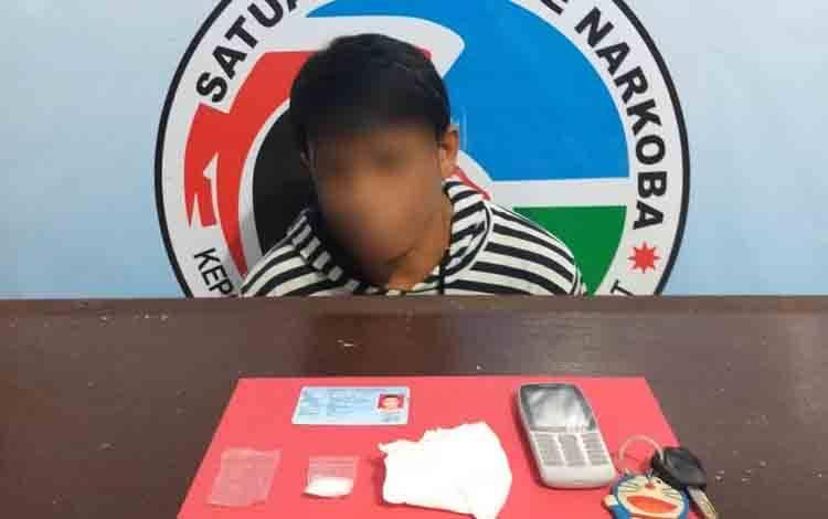 MTR, tersangka pengedar sabu di Kelurahan Sidorejo beserta barang bukti.