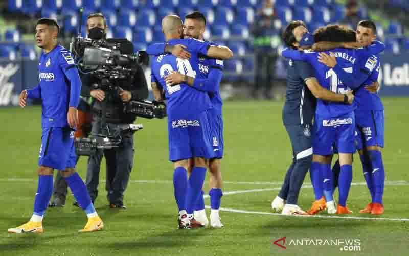 Pemain-pemain Getafe merayakan kemenangan mereka saat melawan Barcelona dalam laga Liga Spanyol di Coliseum Alfonso Perez, Getafe, Spanyol, Sabtu (17/10/2020). Getafe menang 1-0 dalam laga itu. (foto : ANTARA FOTO/REUTERS/Juan Medina/foc)