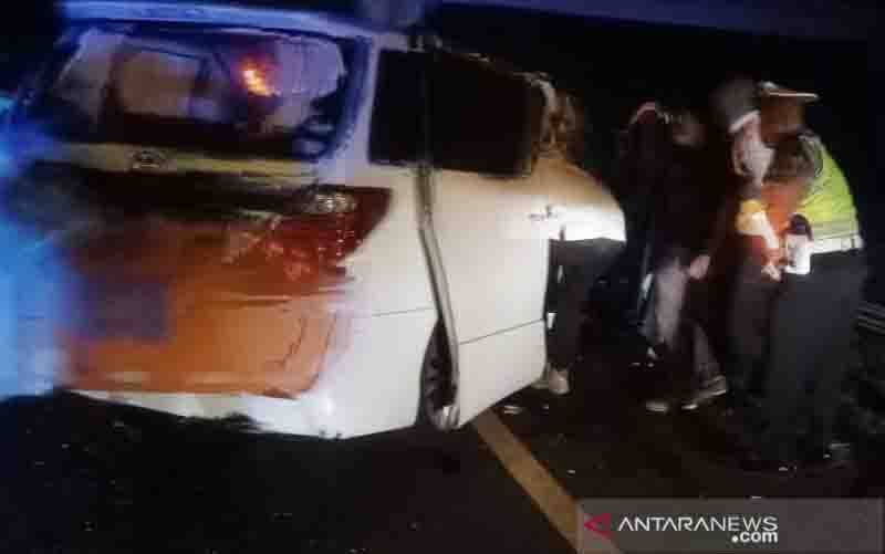 Kendaraan yang ditumpangi Ahmad Hanafi Rais pasca kecelakaan di Tol Cipali. (foto : ANTARA/HO-PJR Polda Jabar)