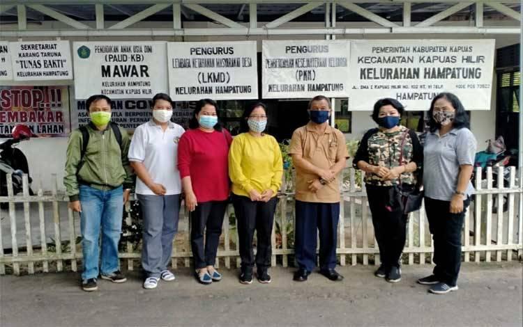 Kepala Disarpustaka Kapuas, Komari dan jajarannya saat monitoring pelayanan di Perpustakaan Melati, Kapuas Hilir