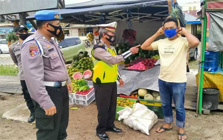 Salah satu warga saat terjaring tidak gunakan masker dan diberikan masker oleh petugas