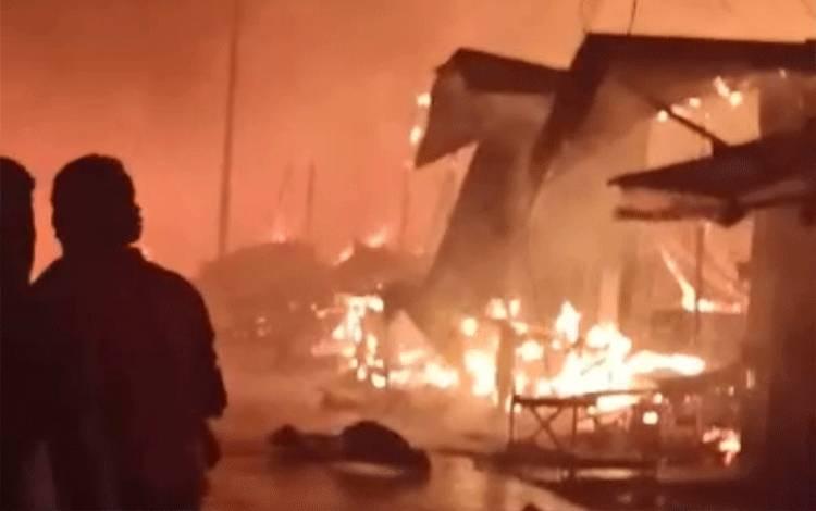 Sejumlah warga berupaya melakukan pemadaman terhadap Pasar Sejumput yang terbakar.