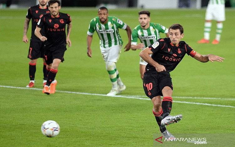 Kapten Real Sociedad Mikel Oyarzabal mengkonversi tendangan penalti untuk mencetak gol kedua timnya ke gawang Real Betis dalam lanjutan Liga Spanyol di Stadion Benito Villamarin, Sevilla, Spanyol, Minggu (18/10/2020) waktu setempat. (ANTARA/AFP/Cristina Quicler)