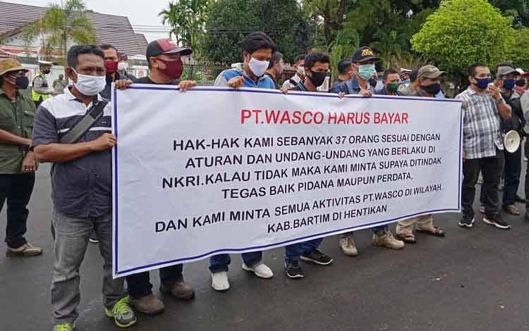 Pengunjuk rasa saat melakukan orasi di depan Gedung DPRD Barito Timur