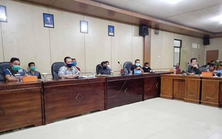 Perwakilan pengunjuk rasa saat diterima oleh DPRD Barito Timur.