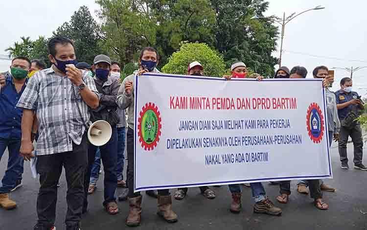 Pengunjuk rasa yang merupakan karyawan PT Wasco dan DPC FSP KEP-SPSI Barito Timur. saat menggelar aksi, Senin, 19 Oktober 2020.