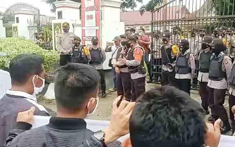 Personel Polres Barito Timur saat melakukan pengamanan unjuk rasa di depan gedung DPRD, Senin, 19 Oktober 2020.