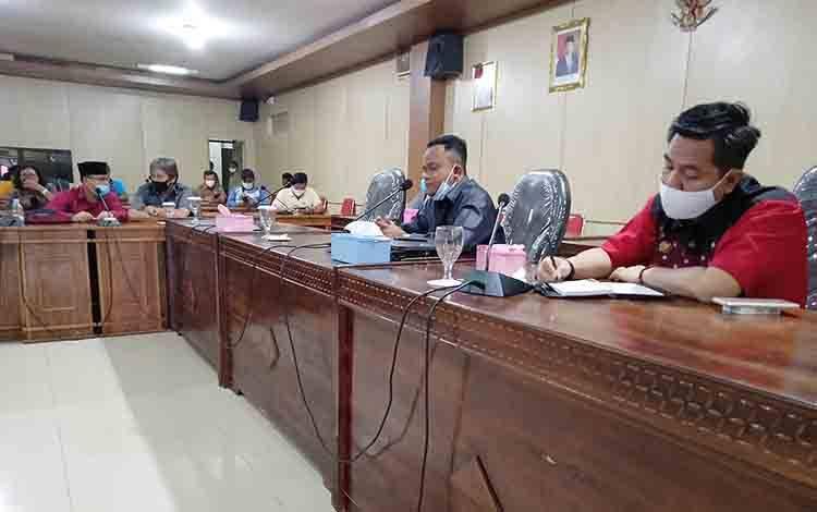 Ketua DPRD Barito Timur dan Wakil Ketua I DPRD saat menerima perwakilan pengunjuk rasa, Senin, 19 Oktober 2020.