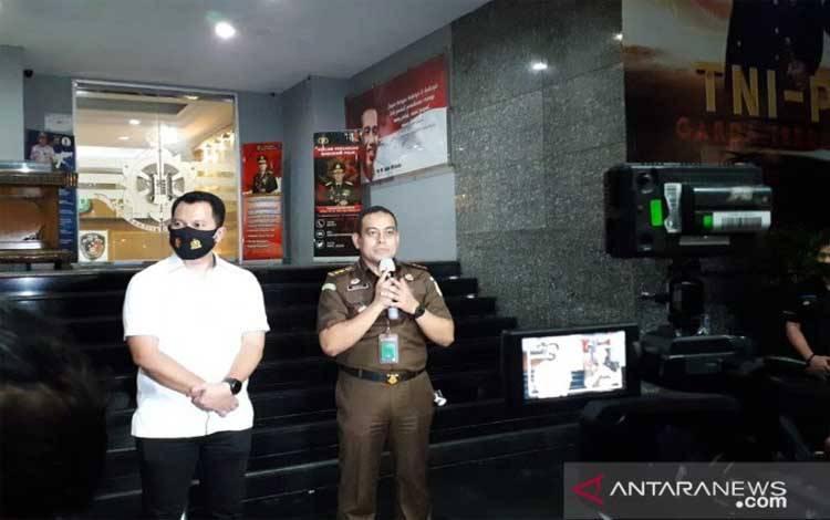 Wakil Direktur Reserse Kriminal Umum Polda Metro Jaya, Jean Calvijn Simanjuntak bersama pihak kejaksaan memberikan keterangan pers