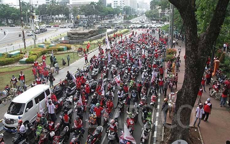 Ratusan massa buruh Konfederasi Serikat Buruh Seluruh Indonesia (KSBSI) dihadang aparat Kepolisian saat akan menggelar demonstrasi penolakan Undang-Undang Omnibus Law tentang Cipta Kerja di depan Istana Negara, Senin, 12 Oktober 2020. TEMPO/Subekti.