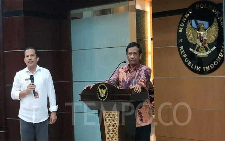 Menteri Koordinator Bidang Politik, Hukum, dan Keamanan Mahfud MD melakukan tanya jawab dengan awak media di kantornya, Jakarta, 25 Februari 2020. Tempo/Friski Riana