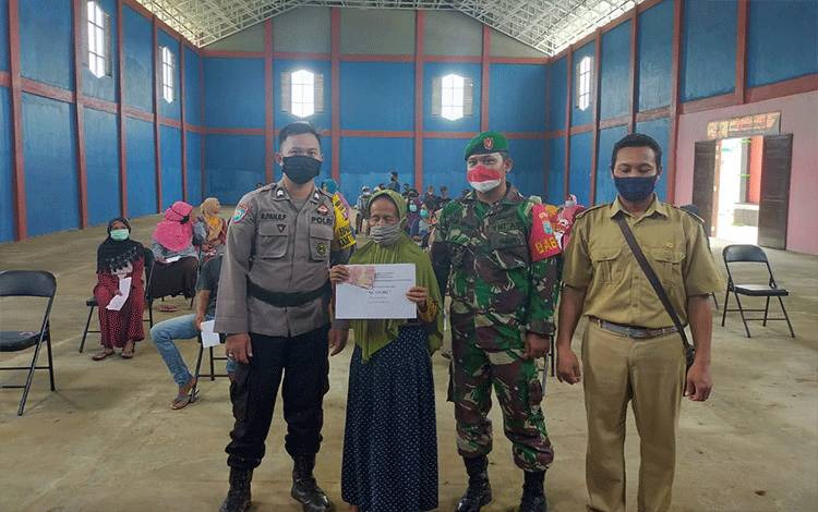 Anggota Posek Katingan Kuala bersama TNI mengamankan penyaluran BLT DD di Desa Subur Indah.